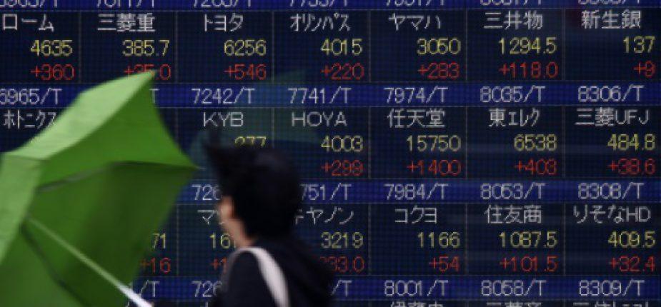 Un écran de cotation devant une société de Bourse à Tokyo le 15 février 2016  © AFP TORU YAMANAKA