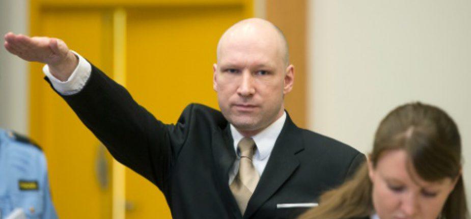 L'auteur d'une tuerie ayant fait 77 morts, Anders Behring Breivik, fait le salut nazi à son arrivée dans une cour improvisée de la prison de Skien, à 170km au sud-ouest d'Oslo, le 15 mars 2016  © AFP/Archives JONATHAN NACKSTRAND