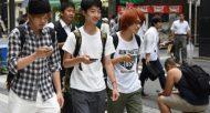 Des étudiants japonais jouent à Pokémon Go, à Tokyo, le 22 juillet 2016  © AFP TORU YAMANAKA