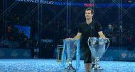 Le Britannique Andy Murray pose avec ses deux trophées du Masters et de N.1 mondial, le 20 novembre 2016 à Londres  © AFP Glyn KIRK
