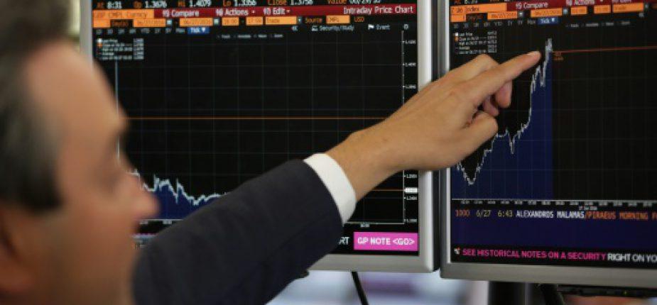 Un trader montre la courbe de l'indice FTSE-100 sur un écran, le 27 juin 2016 à Londres  © AFP/Archives Daniel Leal-Olivas