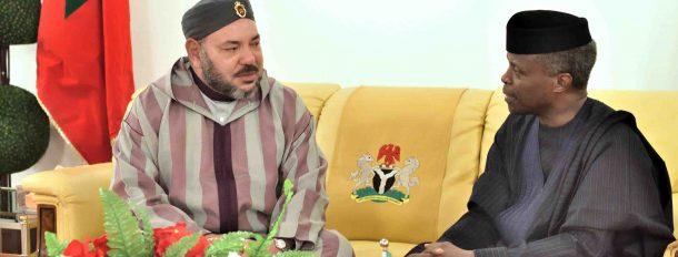 Arrivée de SM le Roi à Abuja : SM le Roi accueilli par le Vice-Président du Nigéria, M. Yemi Osinbajo.