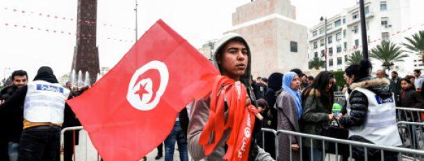 Un vendeur de drapeaux lors d'une manifestation sur l'avenue Bourguiba de Tunis, destinée à célébrer le 6e anniversaire de la révolution tunisienne, le 14 janvier 2017.  © AFP FETHI BELAID