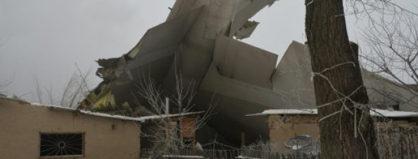 Crash d'un avion-cargo turc sur des habitations le 16 janvier 2017 près de l'aéroport de Bichkek, au Kirghizstan  © AFP Vyacheslav OSELEDKO