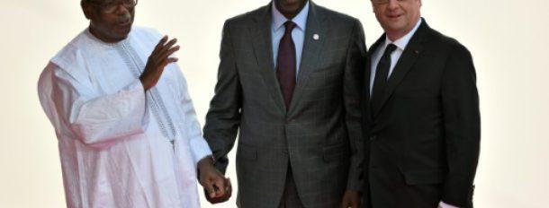 (De G à D) Le président du Mali Ibrahim Boubacar Keita, le vice-président kenyan William Ruto et le président français François Hollande à Bamako le 14 janvier 2017  © AFP STEPHANE DE SAKUTIN