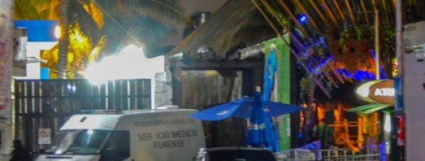 Un véhicule de la police scientifique devant la discothèque Blue Parrot où s'est produite une fusillade, le 16 janvier 2017 à Playa del Carmen, au Mexique  © AFP VICTOR VARGAS