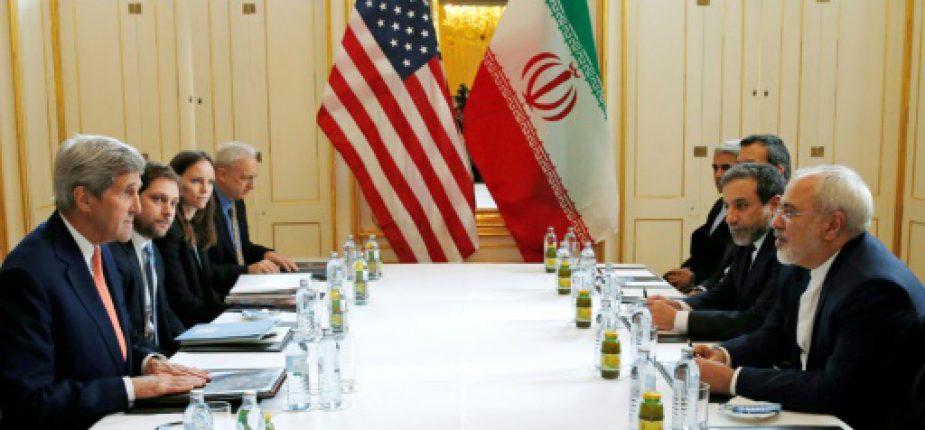 Le secrétaire d'Etat américain John Kerry (g) et son homologue iranien Javad Zarif (d) lors d'une réunion à Vienne sur le nucléaire iranien, le 16 janvier 2016  © POOL/AFP/Archives KEVIN LAMARQUE