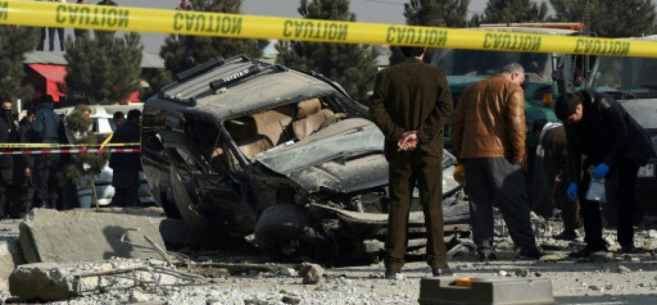 Des forces de sécurité afghanes inspectent le site d'une explosion à la voiture piégée, le 28 décembre 2016 à Kaboul  © AFP/Archives WAKIL KOHSAR