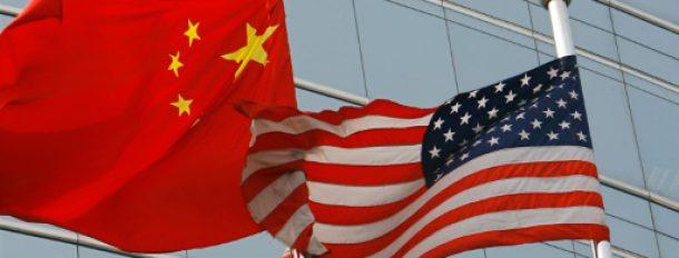 Les drapeaux américains et chinois devant un bâtiment commercial à Pékin le 6 juillet 2007  © AFP/Archives TEH ENG KOON