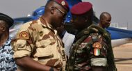 Le commandant ivoirien en charge de la sécurité du palais présidentiel Cherif Ousmane (D) parle avec Lieutenant colonel Issiaka Ouattara (AKA Wattao) à Bouaké, le 13 janvier 2017  © AFP Sia KAMBOU