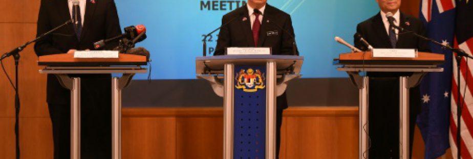 Le ministre malaisien des Transports Liow Tiong Lai (c), ses homologues chinois Yang Chuantang (d) et australien Darren Chester (g), lors d'une conférence de presse sur les recherches du vol MH370, le 22 juillet 2016 à Putrajaya, près de Kuala Lumpur  © AFP/Archives MOHD RASFAN