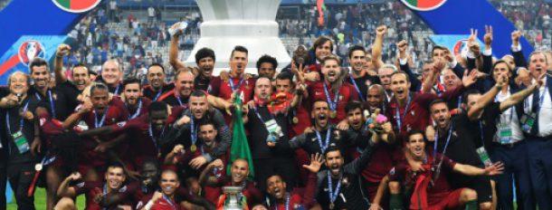 Les joueurs et personnels de l'équipe de football portugaise posent avec le trophée après avoir remporté la finale de l'Euro-2016, le 10 juillet 2016 au Stade de France, à Saint-Denis, près de Paris  © AFP/Archives PHILIPPE DESMAZES