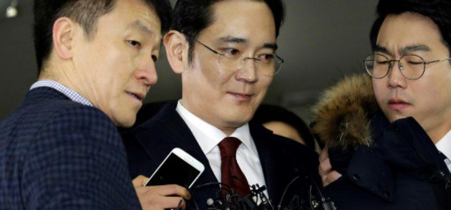 L'héritier du géant sud-coréen Samsung, Lee Jae-Yong (c), à son arrivée au bureau des enquêteurs pour être entendu dans un scandale de corruption, le 12 janvier 2017 à Séoul  © POOL/AFP AHN Young-Joon