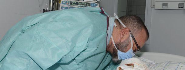 SM le Roi se rend au chevet du seul blessé transportable dans l'accident sur l'autoroute Marrakech-Agadir admis au CHU Marrakech