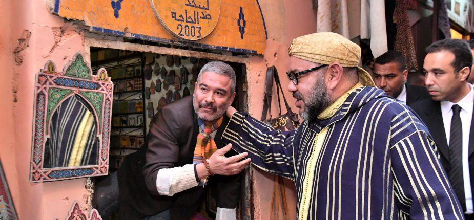 SM le Roi posant pour des photos souvenirs avec des commerçants et des artisans de l'ancienne médina de Marrakech