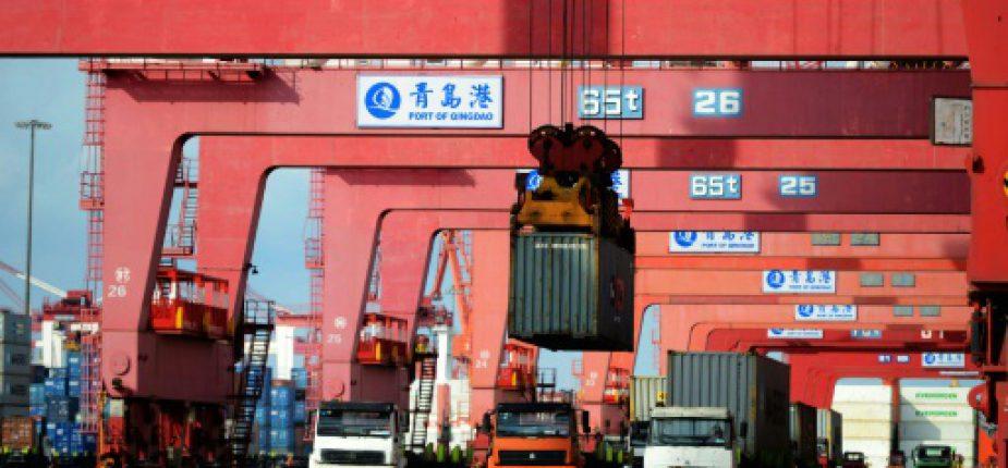 Des camions transportent des conteneurs, au port de Qingdao (province de Shandong, est de la Chine), le 8 août 2016  © AFP/Archives STR