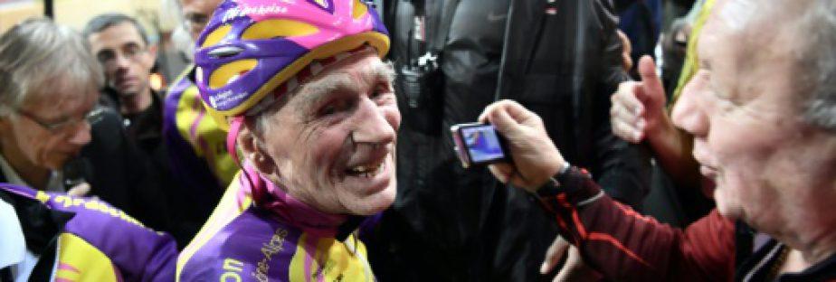 Robert Marchand après avoir parcouru 22,547 km en une heure le 4 janvier 2017 sur vélodrome national de Saint-Quentin-en-Yvelines  © AFP PHILIPPE LOPEZ