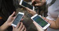 Des personnes jouent à Pokemon Go sur leurs smartphones à Hong Kong, le 6 août 2016  © AFP/Archives ISAAC LAWRENCE