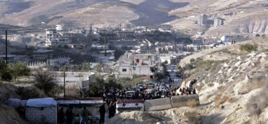 Photo fournie par l'agence officielle syrienne Sana le 11 janvier 2017 montrant des habitants des villages de la région rebelle de Wadi Barada qui attendent de pouvoir quitter la zone  © SANA/AFP