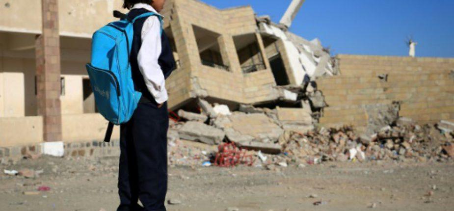 Un enfant yéménite est pris en photo le 27 décembre 2016 devant un immeuble bombardé à Taëz.  © AFP/Archives Ahmad AL-BASHA
