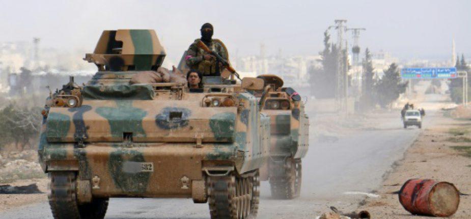 Des combattants rebelles appuyés par l'armée turque dans un véhicule blindé se dirigent vers la ville d'Al-Bab, le 9 février 2017 en Syrie  © AFP/Archives Saleh ABO GHALOUN