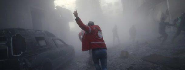 Un membre du Croissant rouge après des bombardements dans un quartier rebelle de Douma, à l'est de Damas, le 19 février 2017  © AFP/Archives Abd Doumany