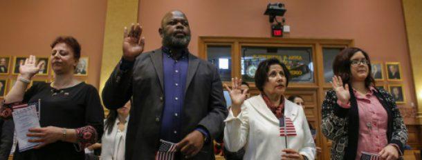 Des candidats à la citoyenneté américaine prêtent serment durant une cérémonie à la mairie de Jersey City, le 22 février 2017, dans le New Jersey  © AFP KENA BETANCUR
