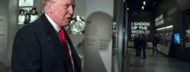 Le président Donald Trump visite une exposition sur le Dr Ben Carson, qu'il souhaite voir entrer dans son administration, du Musée de l'histoire afro-américaine, à Washington, le 21 février 2017  © AFP SAUL LOEB