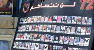 Une personne tient une affiche montrant les portraits des victimes des émeutes de Port Said en Egypte, le 9 juin 2015 au Caire  © AFP/Archives MOHAMED EL-SHAHED
