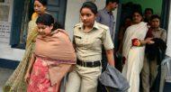 La police indienne escorte Chandana Chakraborty (D) et Sonali Mondal (G), dans l'enquête sur un trafic d'enfants, à Jalpaiguri le 21 février 2017  © AFP DIPTENDU DUTTA