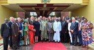SM le Roi et le président ghanéen posent pour une photo de famille avec les opérateurs économiques des deux pays