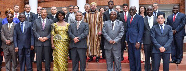 SM le Roi et le président zambien posent pour une photo de famille avec les opérateurs économiques des deux pays