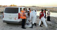 Des membres du Croissant-Rouge libyen s'apprêtent à transporter les corps de migrants découverts sur une plage à une trentaine de km à l'ouest de Tripoli, le 10 novembre 2016  © AFP/Archives MAHMUD TURKIA