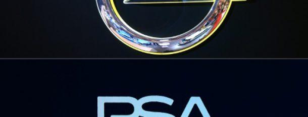 Le logo d'Opel et et celui de PSA. Le groupe français souhaite racheter le constructeur allemand  © AFP/Archives PATRIK STOLLARZ, ERIC PIERMONT