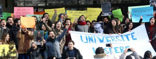 Manifestation des universitaires et des étudiants contre les limogeages après la tentative de coup d'Etat, le 13 février 2017 à Ankara, en Turquie  © AFP/Archives ADEM ALTAN