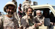 Le général Ahmad Saif Al Yafii (D), l'un des plus hauts responsables de l'armée yéménite, pris en photo le 9 février 2017 à Mokha (sud-ouest), a été tué par un tir de missile  © AFP/Archives SALEH AL-OBEIDI