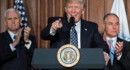 Donald Trump, entouré du vice-président Mike Pence et du patron de l'EPA Scott Pruitt, au siège de l'Agence de protection de l'environnement (EPA) le 28 mars 2017 à Washington  © AFP JIM WATSON