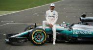 Le Britannique Lewis Hamilton pose assis sur sa nouvelle Mercedes sur le circuit de Silverstone, le 23 février 2017  © AFP/Archives OLI SCARFF
