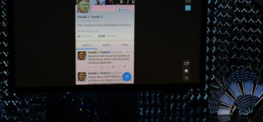 Le compte Twitter du président américain Donald Trump affiché sur écran géant, lors de la cérémonie des Oscars, le 26 février 2017 à Hollywood  © AFP/Archives Mark RALSTON