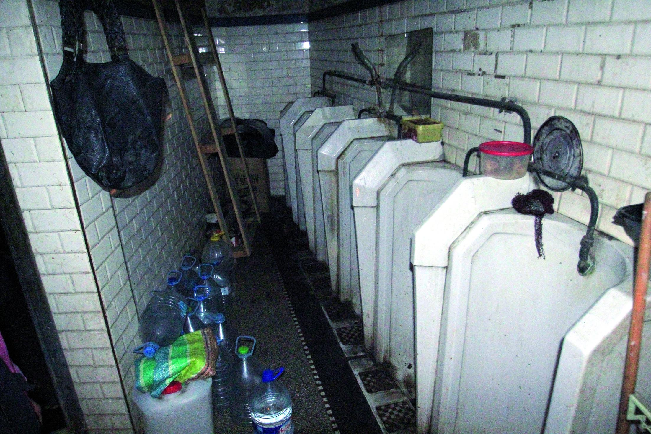 Une femme vivant dans des toilettes publiques...